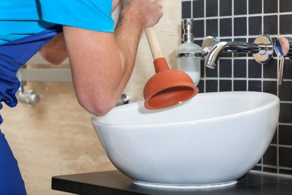 Засор в ванной - как устранить: разбираем средства и методы