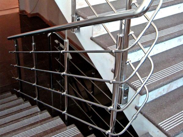 Лестничные перила с ригелями из нержавеющей стали