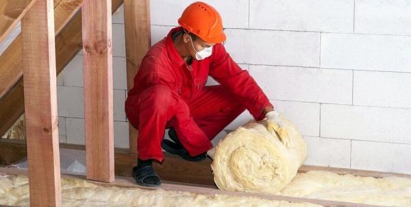 Чем обычно утепляют потолок в частном доме с холодной крышей?